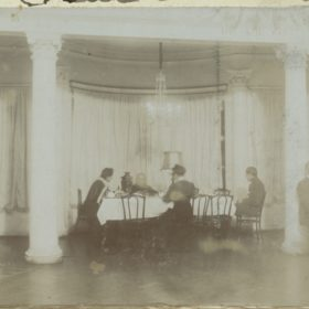 Белый зал в доме Боратынских. Чаепитие. Фотография. Казань. Фотобумага, картон. 1910-е.