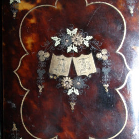 Карне (бальная книжка) А.Л. Боратынской. II четверть XIX в. Черепаховый панцирь, позолота, инкрустация.
