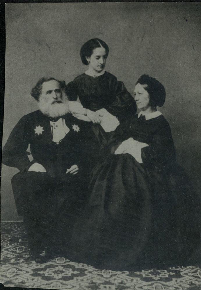 А.К. Казем-Бек с дочерью Ольгой и свояченицей Е.А. Дебособр. Фотография. 1860-1861