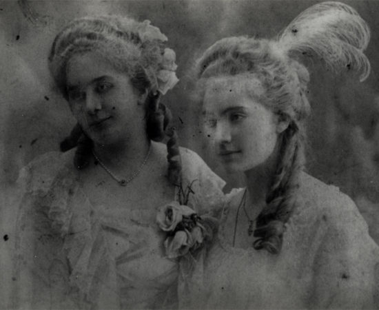 8 О.А. Ильина-Боратынская с подругой. Маскарад. 1910-е.