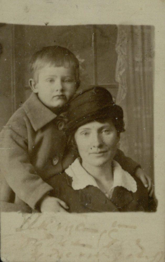О.А. Ильина-Боратынская, правнучка Евгения Боратынского, с сыном Борисом