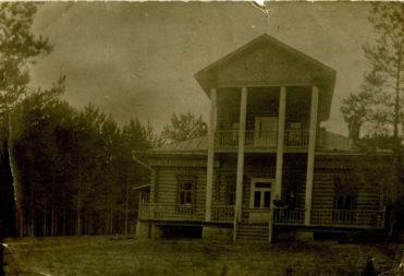 Дом на Крутояре. Казанский уезд Казанской губернии. 1914 г. Фотография.